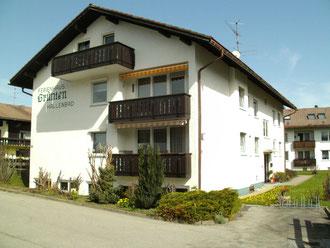 Südansicht auf das Ferienhaus Grünten mit den beiden Südbalkonen der Fewo Rubihorn im EG und Nebelhorn im 1. OG.