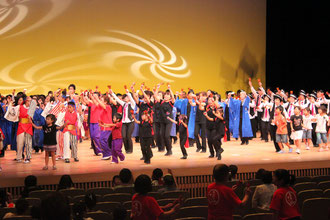5時間に及ぶ祭りの最後は総踊りです。踊り子が舞台に大集合!