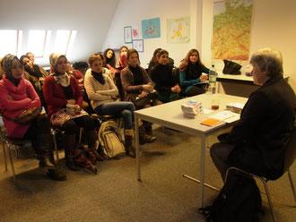 Anke Overbeck, Beauftragte für Chancengleichheit und Migrationsangelegenheiten des Jobcenters Friedrichshain-Kreuzberg, im TIO-Qualifizierungsprojekt