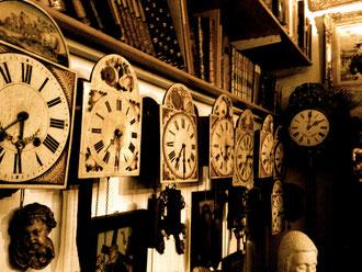 Viele wunderschöne Uhren in einem Antiquitätenladen in Tiengen. Und ausgerechnet hier scheint die Zeit gar nicht zu existieren.