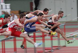 David Klöckner (Bildmitte im LAZ-blauen Trikot) teilt sich bei den Deutschen Hallen-Hochschulmeisterschaften den Silberrang mit zwei weiteren Athleten.
