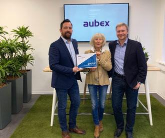 Vorsitzender Thomas Birkenmaier und seine Stellvertreterin Barbara Itschner vom Kinderschutzbund freuen sich über die von aubex-Geschäftsführer Sven Fillinger (links) überreichte Spende.