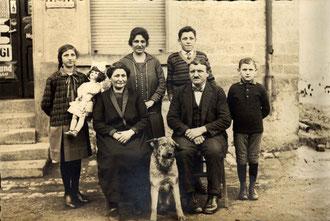 Familienbild vor Kaufladen