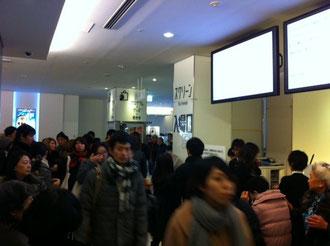 新宿ピカデリー3階映画館の入り口。大勢の人です。