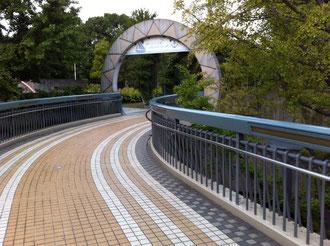 「横浜人形の家」から陸橋をわたって「山下公園」に
