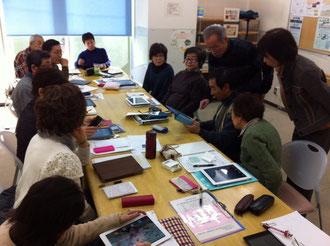 写真はiPadへの写真の取り込み方のデモンストレーション中の石塚完さん