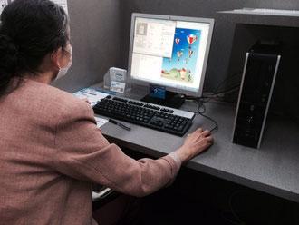 ☆生田美子さんパソコンに向かっています。