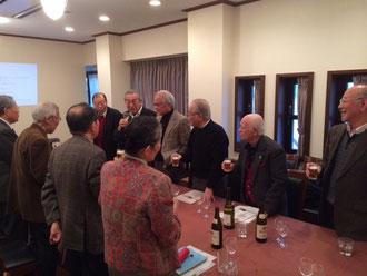 ☆向かい側の列左から2番目の男性が元代表理事の小林巽さん。手前の列 紅一点は生田美子さん(右端の後ろ向き)。