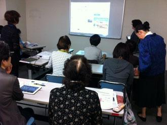 ☆右側の立っている女性は生田美子研究員さん。左の立っている女性は加山ツヤ子研究員さん。