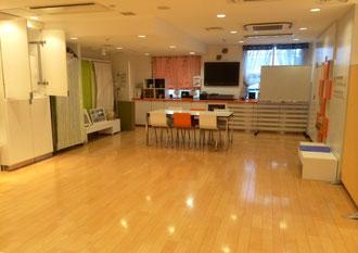 ☆正面奥のキッチンルーム。冬は床暖房、暖冷房完備。