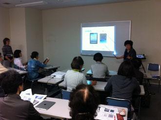 ☆案内役は荒木高子研究員さん。左の立っている女性は小川真理子研究員さん。