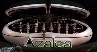 ☆打合せを終えてJR川崎駅東口「アゼリア」地下への入口階段で12:00。人形の楽団の演奏。しばし足を止めました。