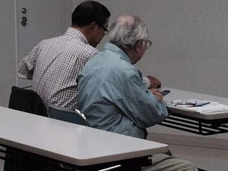 ☆右側手前の青い上着の男性。88歳だそうです。My スマホを購入してご持参。