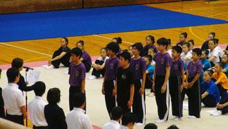 【団体表彰】向って左の列先頭がキャプテンの角田選手