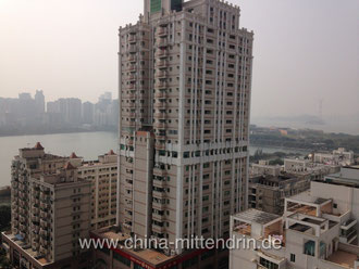 Xiamen am späten Vormittag vom 19. Stock aus. Von wegen kein Smog! Selbst die Einheimischen sind traurig, weil seit 2013 auch hier der Smog zum Alltag gehört.