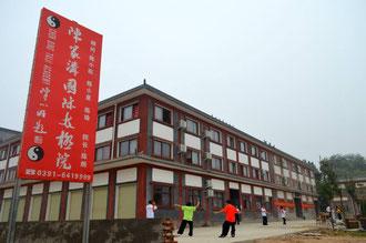 Chen Bing vor dem Wohntrakt- das Wohngebäude mit Trainings-Atrium