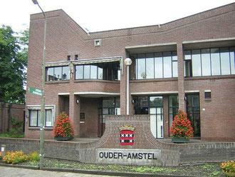 三つの村が合併した人口1.3万人の自治体の役場。地名には自治体名ではなく、それぞれの村の名前(Ouderkerk aan de Amstelなど)が使われ続ける。