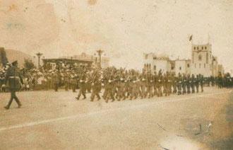 Una sección de la Compañía de Transmisiones desfilando en la Plaza de España. 6 de Abril de 1951