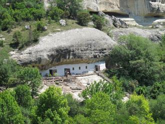 Вросшая в скалу одна из монастырских построек