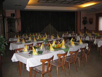 Großer Saal vorbereitet für eine Geburtstagsfeier