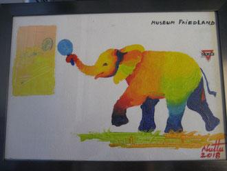 Als Dankeschön und Mutmacher ein farbenfrohes Bild mit einem Elefanten, der Tischtennis spielt und sich ein Bild des Museums Friedland anschaut