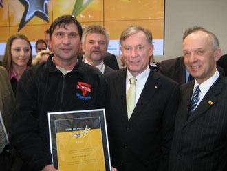 Bundespräsident Dr. Horst Köhler (Mitte) mit Reinhard Jahn (rechts) und Manfred Wille (links) bei der Preisverleihung