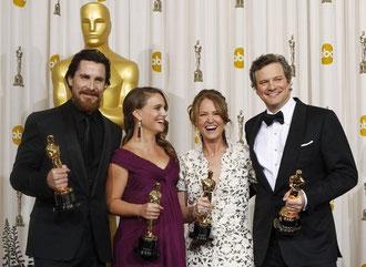 De izquierda a derecha: Christian Bale, Natalie Portman, Melissa Leo y Colin Firth, risueños con sus estatuillas de chocolate.