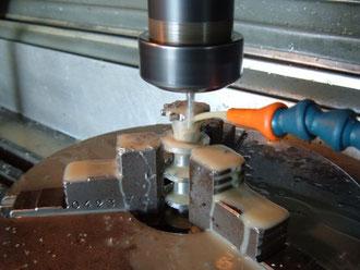 In officina , fresatrice cnc all' opera . Nelle foto sotto si vedono alcune sequenze della lavorazione.