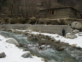 第1回目の支援金で、村の上流部に建った堤防。長さ33m、高さ4m半(地下2m)