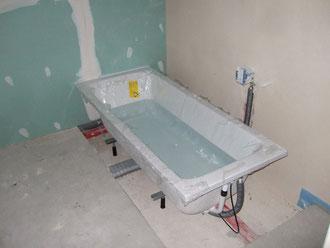 Badewanne mit Wasser befüllt