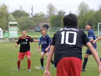 Immer den Ball im Fokus - C- Jugend Spieler Dennis Jurak (2. von li.) & Tugay Hakan (rechts)