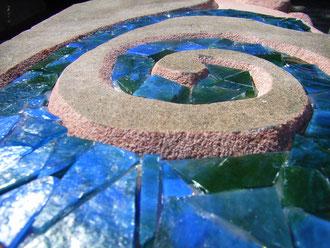 Glasmosaik und Sandstein