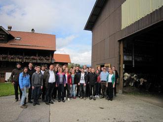 Bei Familie Vogler in Flüeli bekamen die Teilnehmer Einblicke in einen traditionellen Schweizer Landwirtschaftsbetrieb