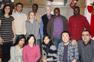 研究室でのクリスマスパーティ。下段右から2番目が僕です。慣れるまでに時間はかかりますが、やはりラボメンバーとの交流は楽しかったです。