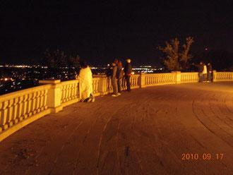 夜中にモンロイヤル公園から夜景を眺める若者たち