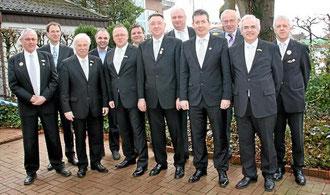 Günter Bußmann (Mitte) ist nun Ehrenvorsitzender des Bürgerschützenvereins St. Georg. Reinhard Laurich (5. v. l.) ist der neue Vorsitzende. (Foto: Anne Rolvering)