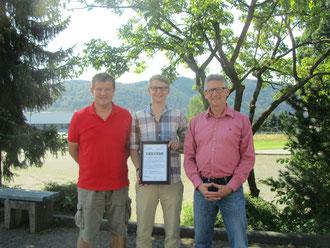 Übergabe der Kooperationsurkunde: Timo Hees (1. Vorsitzender TTF), Nils Habicht (Jugendleiter), Heiko Bickel (Schulleiter)