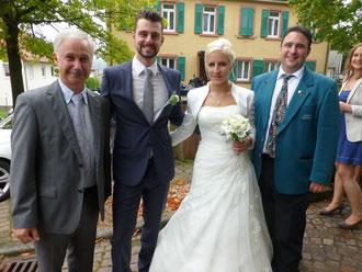 """""""Ein Hoch dem Brautpaar"""" 1. Vorsitzender Bernhard Klein und 2. Vorsitzender Christian Bretzinger mit dem glücklichen Brautpaar Carina und Kai."""