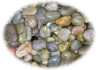 小石にはこどもたちの名前が