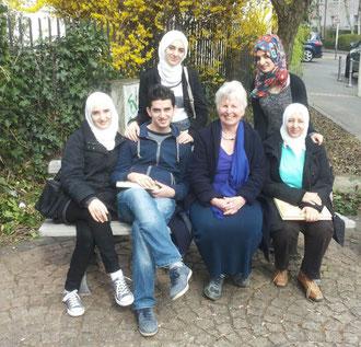 In der Flüchtlingshilfe immer am Ball: Doris Mohr (vorne 2. v. re.) unterwegs  mit einigen der zahlreichen Flüchtlingen, die von ihr betreut werden