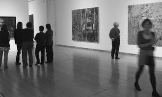 """Foto: Besuchergruppe in der Ausstellung """"Peter Doig"""" in der Schirn Kunsthalle, Frankfurt (2008)"""