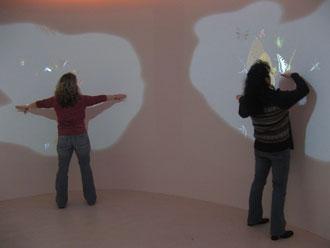 """Besucherinnen im """"Schmetterlingsraum"""" im Nationalparkzentrum Kellerwald-Edersee"""