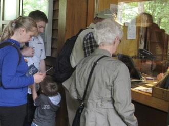 Foto: Besucher/innen an der Kasse des LWL-Freilichtmuseums Hagen (Juni 2013)