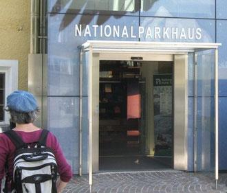 """Foto: Besucherin am Eingang in das Nationalparkhauses des Nationalparks """"Hohe Tauern"""" in Matrei/ Osttirol (2012)"""
