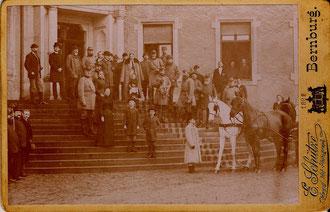 Jagdegesellschaft mit Kaiser Wilhelm II. auf der Freitreppe des Schlosses Neugattersleben
