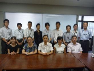 JPOの会議室にて記念撮影(上段向かって左から2番目が田村)