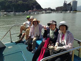 海上タクシーに乗り込む参加者