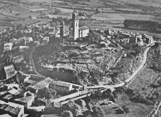 Vue aérienne de Reillanne en noir et blanc dans les années 60