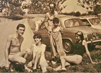 Au camping de Bidart en 1970. Mon beau-père n'a pas abandonné la cigarette pour la photo.