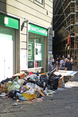 Tas d'ordures devant la banque de Naples (centre historique)